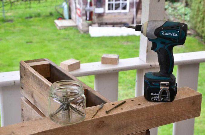 30-678x447 Лавочка для дачи - 150 фото идей деревьяных и металических дачных лавочек и скамеек